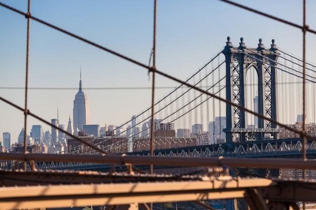 Manhattan bridge und new york cityscape von der brooklyn bridge