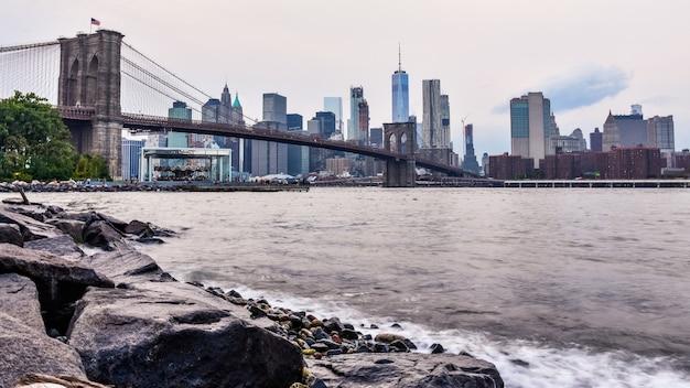 Manhattan skyline bei sonnenuntergang von dumbo, brooklyn