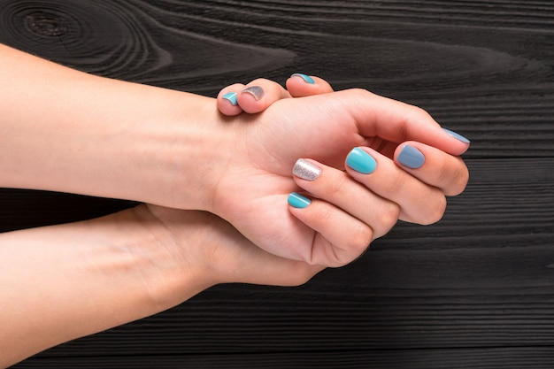 Maniküre auf blau mit silber