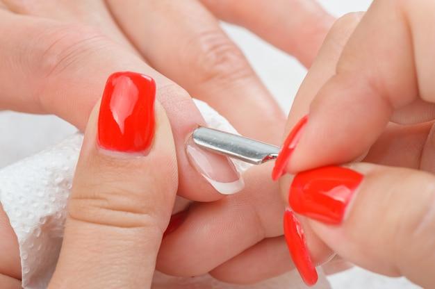Maniküre auftragen - nagelhaut reinigen