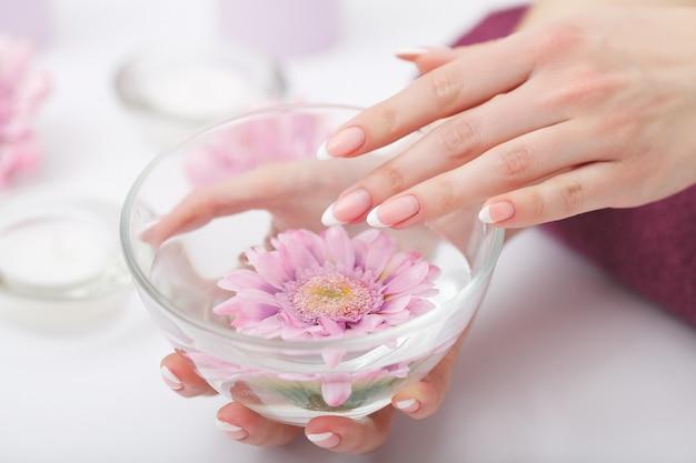 Maniküre und handbadekurort, schönheit übergibt nahaufnahme