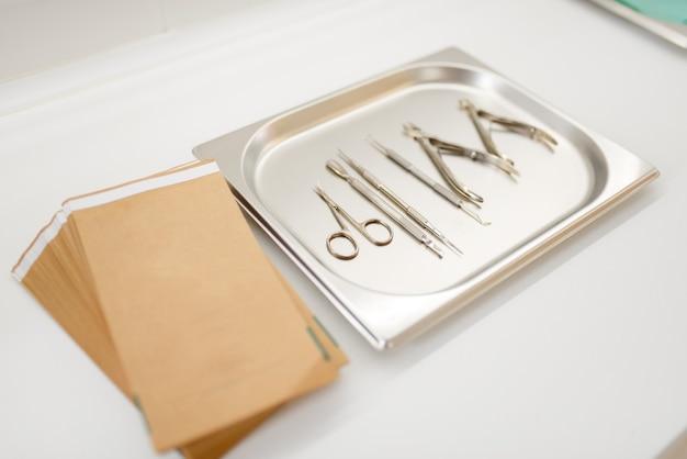 Maniküre und pediküre, nagelpflegegeräte auf einer metallschale