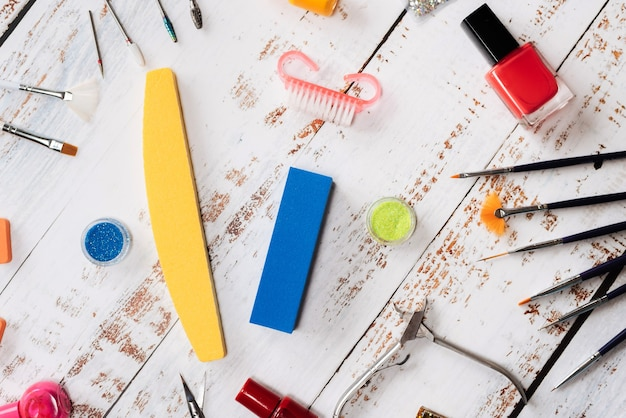Maniküre-werkzeuge, pailletten, nagellacke. der blick von oben