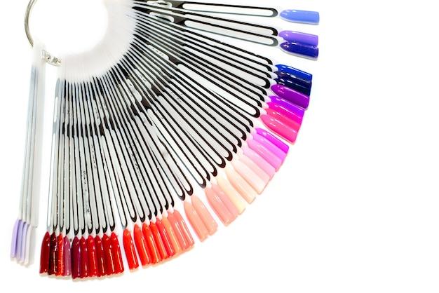 Maniküreschrank, gelnagellack in einem schönheitssalon für ein mädchen. satz verschiedene nagellackfarben auf palette im kosmetikladen