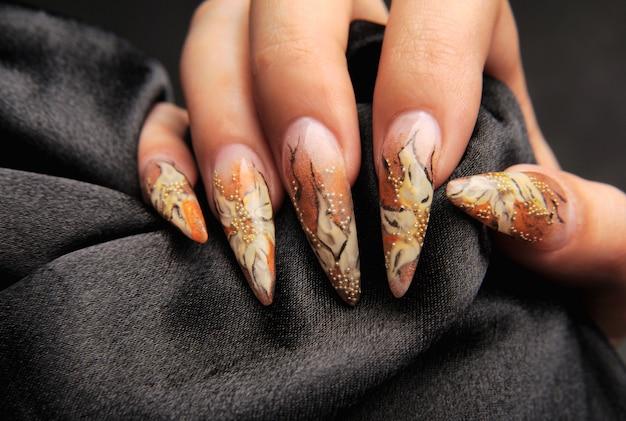 Manikürt schönes muster auf nägeln