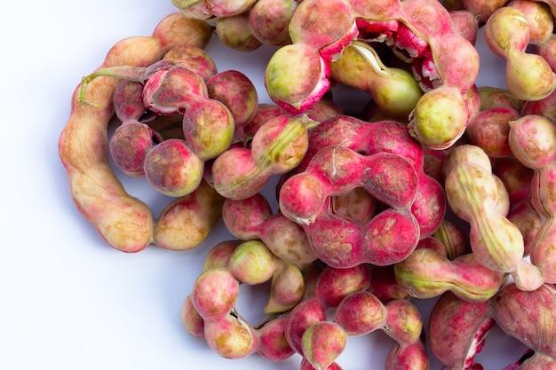 Manila-tamarinde-frucht isoliert auf weißem hintergrund