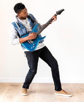 Mann afrikanischer abstammung, der e-gitarre spielt