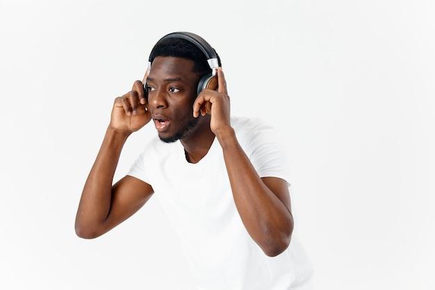 Mann afrikanischer auftritt kopfhörer, die musikgefühle hören