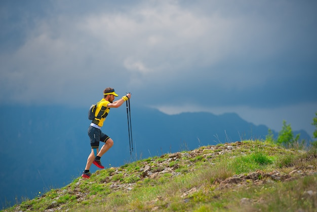 Mann allein, der in den bergen geht