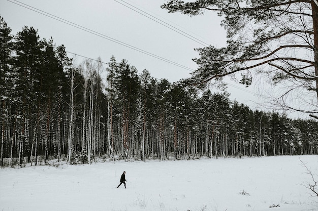 Mann allein im schnee