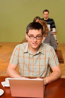 Mann am kopf der reihe der laptop-benutzer