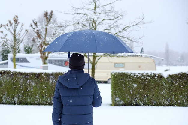 Mann am schneebedeckten tag