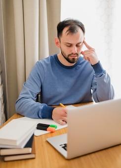 Mann am schreibtisch, der eine online-klasse nimmt