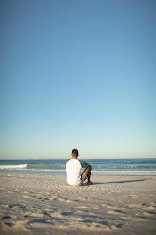 Mann am strand entspannen