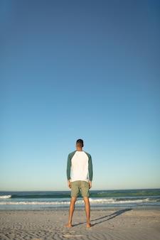 Mann am strand stehen