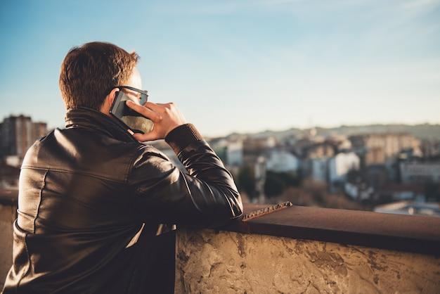 Mann am telefon sprechen
