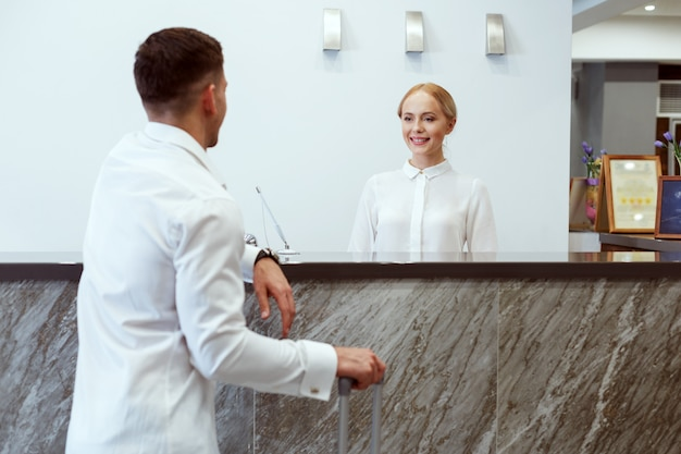 Mann an der hotelrezeption.