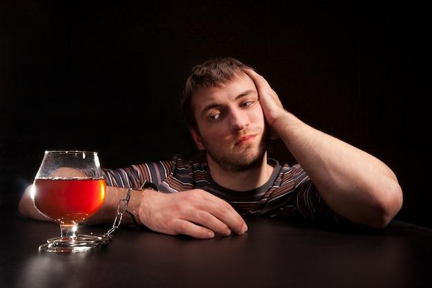 Mann an glas alkohol gebunden