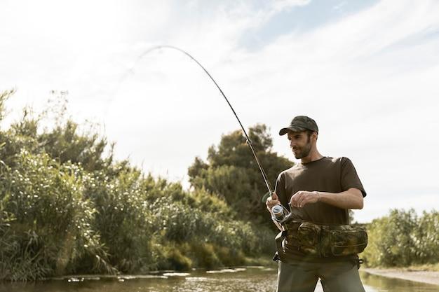 Mann angeln am fluss