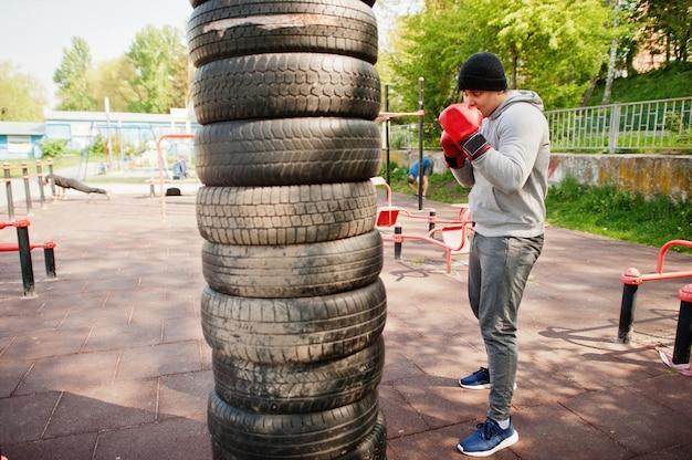 Mann arabischer boxer im huttraining für einen harten kampf im freien.