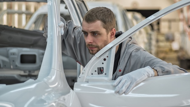 Mann arbeitet am autoservice