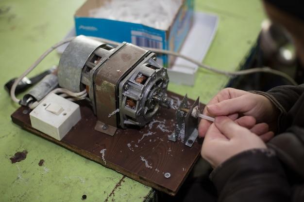 Mann arbeitet an alten manuellen geräten