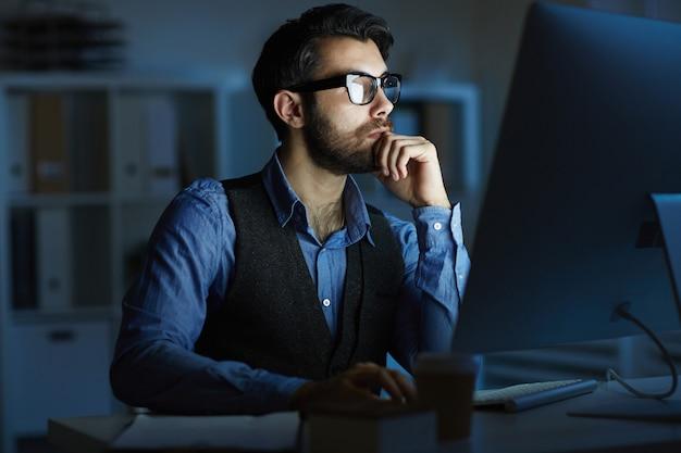 Mann arbeitet in der nacht