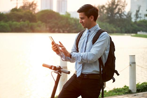 Mann arbeitet online auf tablet-pc in jeder zeit