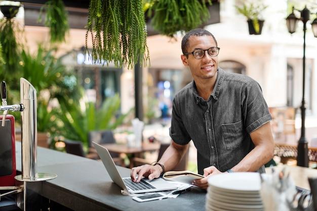 Mann-arbeitslaptop, der vernetzungskonzept anschließt