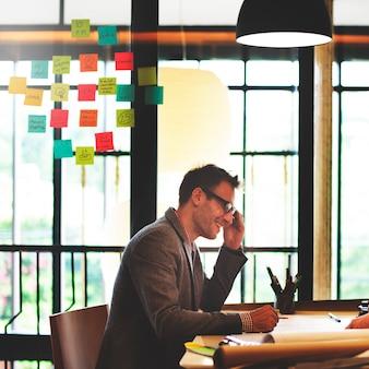 Mann-architekt meeting planning blueprint konzept