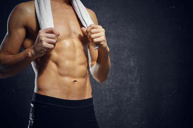 Mann athlet aufgeblasen körpertraining fitnessstudio dunklen hintergrund