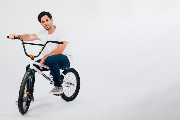 Mann auf bmx fahrrad