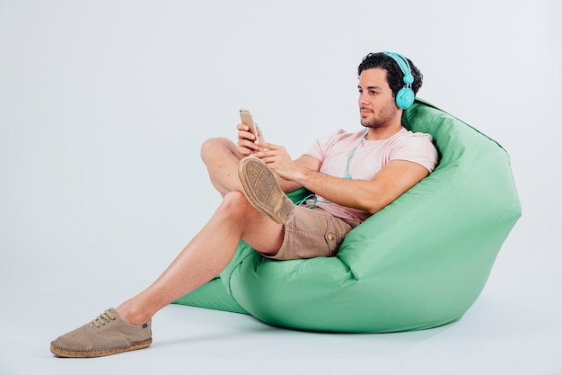 Mann auf couch blick auf smartphone