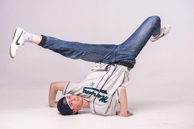 Mann auf dem boden tanzen breakdance.