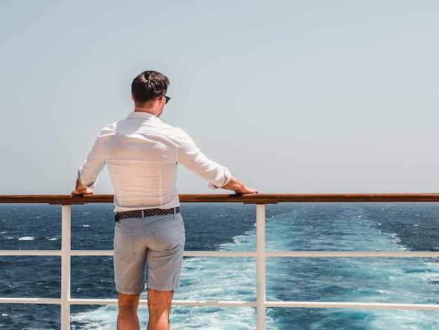 Mann auf dem leeren deck eines kreuzfahrtschiffes