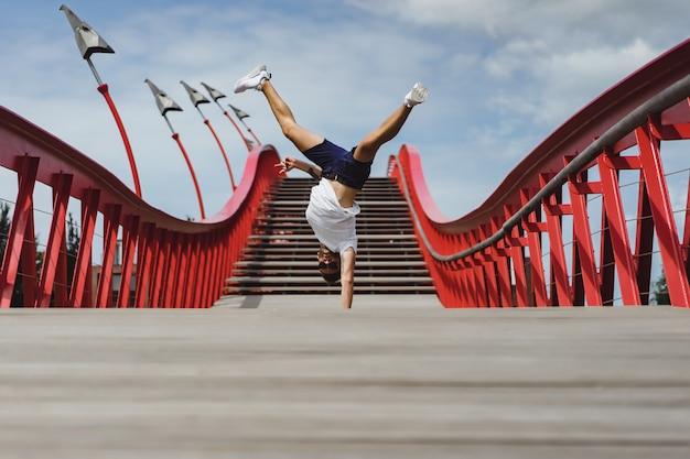 Mann auf der brücke in amsterdam, pythonbrücke