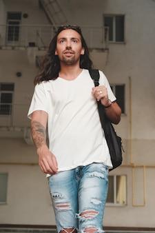 Mann auf der städtischen szene mit rucksack