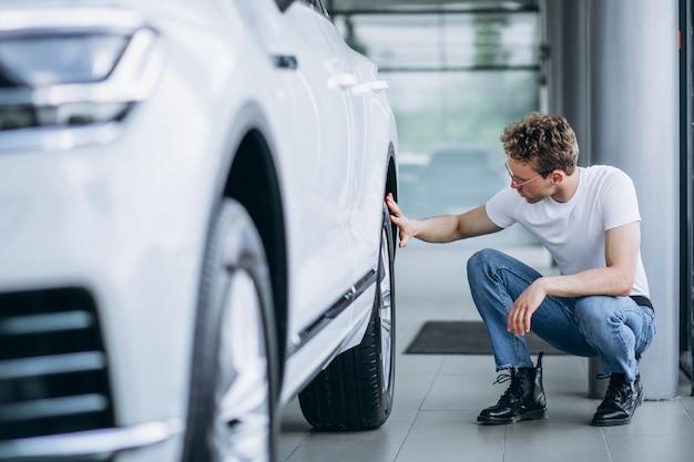 Mann auf der suche nach einem auto in einem autosalon