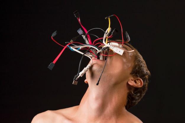 Mann auf drähten eines schwarzen hintergrundes von den mundkonzepttechnologien fasziniert vom mann