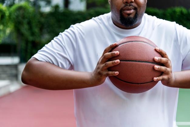 Mann auf einem basketballplatz