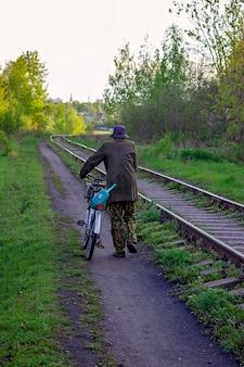 Mann auf einem fahrrad entlang der eisenbahn