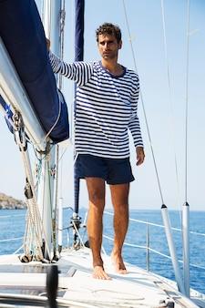 Mann auf einem segelboot