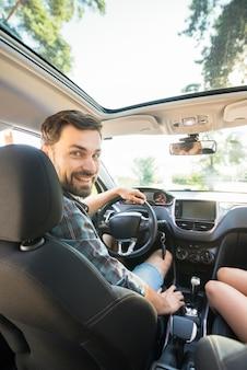 Mann auf einer autofahrt