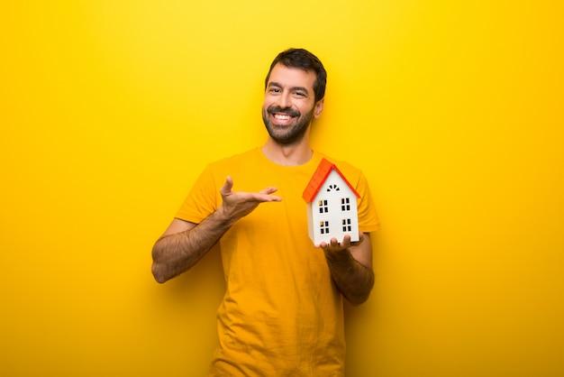 Mann auf getrennter vibrierender gelber farbe