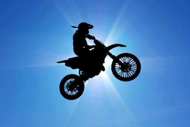 Mann auf motorrad fliegt in den himmel