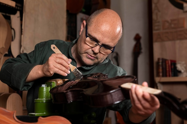 Mann baut instrumente allein in seiner werkstatt