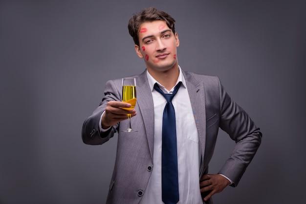 Mann bedeckt durch küsse mit champagnerglas