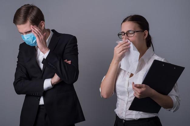 Mann bedeckt sein gesicht mit der hand und ein krankes mädchen niest in ein taschentuch