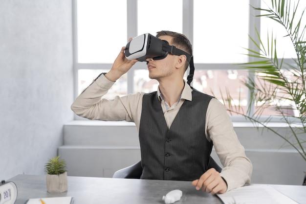 Mann bei der arbeit mit vr brille