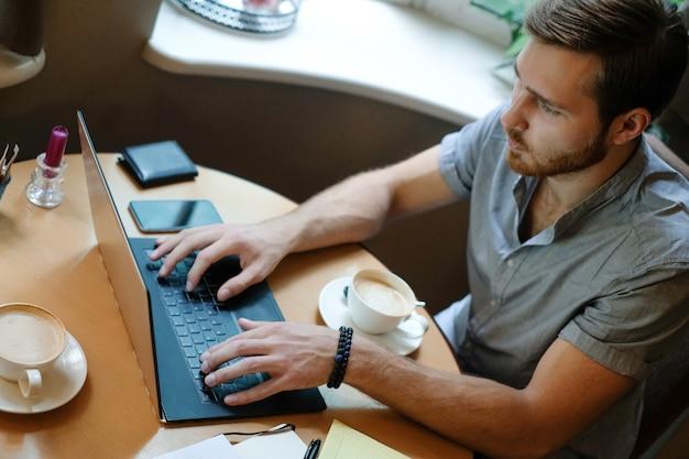 Mann bei der arbeit